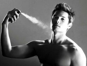 Hombres perfumandose
